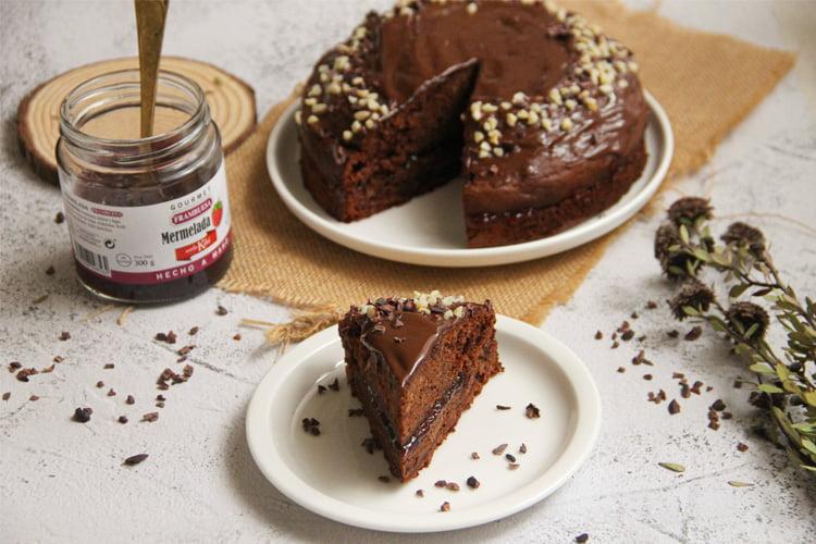 Tarta de chocolate con mermelada de frambuesa